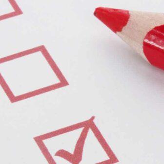 checklist avec une case cochée et un crayon rouge