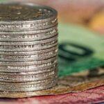 pièces de monnaie et billets