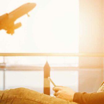 homme assis sur un siège a l'aéroport